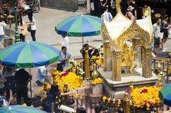 Santuário de Erawan e povos Thao rezando Maha Phrom ou Lord Brahma em Ratchaprasong fotos de stock