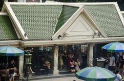 Santuário de Erawan e povos Thao rezando Maha Phrom ou Lord Brahma em Ratchaprasong fotografia de stock