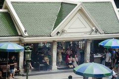 Santuário de Erawan e povos Thao rezando Maha Phrom ou Lord Brahma em Ratchaprasong foto de stock