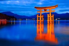Santuário de Itsukushima & hora azul Fotografia de Stock Royalty Free