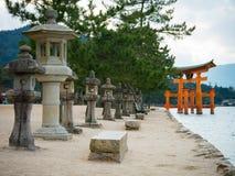 Santuário de Itsukushima, porta de flutuação de Torii, ilha de Miyajima, Japão Fotos de Stock Royalty Free