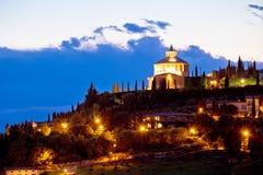 Santuário de Lourdes dos di de Madonna na opinião da noite de Verona Imagem de Stock Royalty Free
