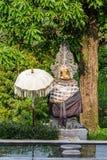 Santuário hindu atrás da lagoa ao longo da estrada em Bedoegoel, Bali Indonésia imagens de stock royalty free
