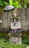 Santuário hindu no jardim ao longo da estrada em Bedoegoel, Bali Indonésia foto de stock royalty free