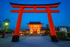 Santuário na noite, Kyoto de Fushimi Inari, Japão Imagens de Stock Royalty Free