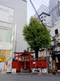 Santuário xintoísmo pequeno na área de Umeda foto de stock