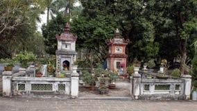 Santuários budistas pequenos perto do um pagode da coluna, Hanoi, Vietname imagens de stock royalty free