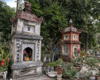 Santuários budistas pequenos perto do um pagode da coluna, Hanoi, Vietname imagem de stock royalty free