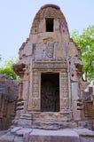 Santuários pequenos e etapas para alcançar a parte inferior do reservatório, do templo de Sun Vila de Modhera do distrito de Mehs Fotografia de Stock