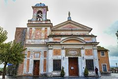 Santuario antico di Madonna di amore Divine sul da piovoso nuvoloso immagini stock