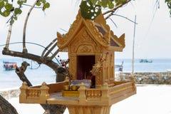 Santuario buddista dorato sulla spiaggia dell'isola di Koh Rong, Cambogia Religione tradizionale della gente khmer fotografie stock