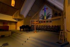 Santuario con la cruz del vidrio manchado de A Fotos de archivo libres de regalías