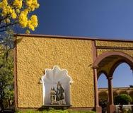 Santuario cristiano Messico della via dei fiori gialli Fotografie Stock