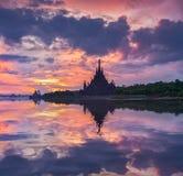 Santuario de la construcción del templo de la verdad en salida del sol en Pattaya, Th Imagen de archivo