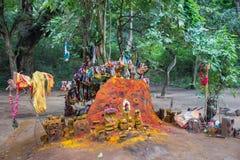 Santuario del serpente di Manasa davanti al tempio di Pazhamudircholai Fotografie Stock Libere da Diritti