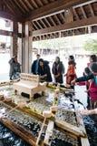 Santuario dell'acqua santa con i turisti che scavano acqua per lavare le loro mani prima del andare shrine al santuario dell'Hokk Immagine Stock Libera da Diritti