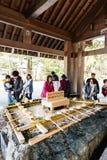 Santuario dell'acqua santa con i turisti che scavano acqua per lavare le loro mani prima del andare shrine al santuario dell'Hokk Fotografia Stock