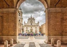 Santuario della Camera santa di Loreto, Marche, Italia, la facciata della basilica con il monumento di Sisto V nella priorità alt Fotografie Stock
