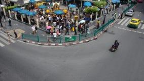 Santuario di Erawan e la gente Thao pregante Maha Phrom o Lord Brahma a Ratchaprasong stock footage