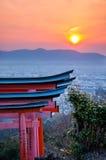 Santuario di inari di Fushimi con il tramonto Fotografie Stock Libere da Diritti