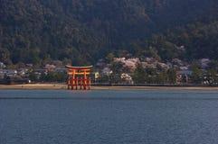 Santuario di Itsukushima con Torii al fiore di ciliegia Fotografie Stock