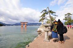 Santuario di Itsukushima di visita dei turisti a Miyajima, Giappone Fotografia Stock Libera da Diritti