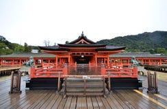 Santuario di Itsukushima di visita dei turisti a Miyajima, Giappone Immagini Stock