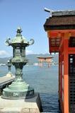 Santuario di Itsukushima, il grande torii nei precedenti - isola Giappone di Miyajima immagine stock libera da diritti