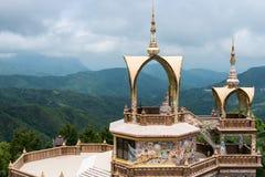 Santuario dorato con la statua bianca di Buddha Immagini Stock