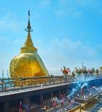 Santuario dorato della roccia nel Myanmar Immagini Stock Libere da Diritti