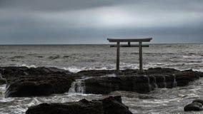 Santuario Torii di Oaraii Isosaki nel mare con la tempesta Ibaraki Immagine Stock