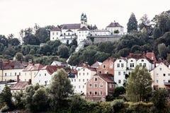 Santuário Mariahilf e casas velhas no monte em Passau, alemão Imagem de Stock