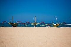 Sanur - Fischerboote auf Strand stockfotografie