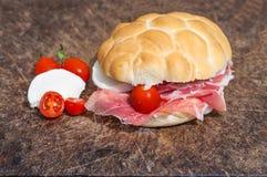 Sanwich con il prosciutto, i piccoli pomodori e la mozzarella Fotografia Stock Libera da Diritti
