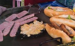 Sanwich d'oeufs de lard pour le petit déjeuner dans le vangvieng photo libre de droits