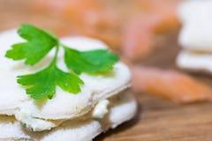 Sanwiches med laxen, ostkräm och persilja Arkivbilder