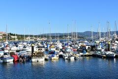 Sanxenxo, Spanje Oktober 2018 Varende en visindustrie in een klein kustdorp: Boten in een pijler Zonnige dag stock foto's