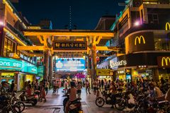 Sanya Downtown Nightlife apretó el lugar en la noche en esquina de la comida imagenes de archivo