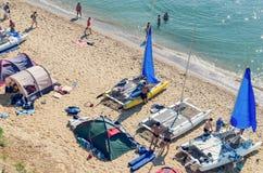 Sanzhejka Ukraina, Augusti 05, 2018: förberedelse av att segla katamaran för att gå till havet på en sandig strand royaltyfri fotografi