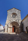 Sao Joao de Alporao Church, παρουσιάζοντας Romanesque πύλη και γοτθικό παράθυρο ροδών Στοκ Εικόνα