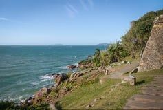 Sao Jose da Ponta Grossa fortecy ściany i morze - Florianopolis, Santa Catarina, Brazylia obrazy stock
