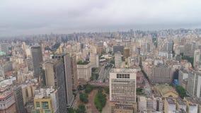 SAO PAULO, BRÉSIL - 3 MAI 2018 : Vue aérienne de la place de courrier de centre de la ville banque de vidéos