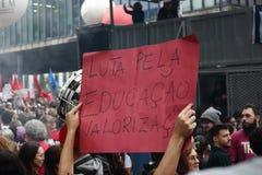 Sao Paulo/Sao Paulo/Brasile - pu? la manifestazione politica popolare 15 2019 contro mancanza di bilancio sul colpire di istruzio fotografia stock libera da diritti