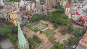 SAO PAULO, BRASILIEN - 3. MAI 2018: Vogelperspektive von Se-Kathedrale im Stadtzentrum stock video footage