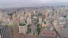 SAO PAULO BRASILIEN - MAJ 3, 2018: Flyg- sikt av fyrkanten för post för stadsmitt stock video