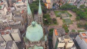 SAO PAULO BRASILIEN - MAJ 3, 2018: Flyg- sikt av Se-domkyrkan i stadsmitten lager videofilmer