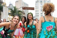 Sao Paulo Brasilien - Oktober, 20 2017 Kostymerade kvinnor har gyckel i utomhus- händelse arkivfoto