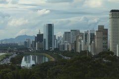 Sao Paulo Brazil, begrenzte Pinheiros-Allee und der Kiefern-Fluss Lizenzfreies Stockfoto