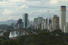 Sao Paulo Brazil, begrenzte Pinheiros-Allee und der Kiefern-Fluss Lizenzfreie Stockbilder