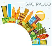 Sao Paulo Brazil City Skyline con le costruzioni di colore, cielo blu e illustrazione vettoriale